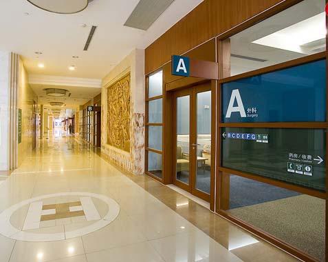 医院隔断,医院挂板隔断,医院隔断方案,百叶隔断,木纹玻璃隔断