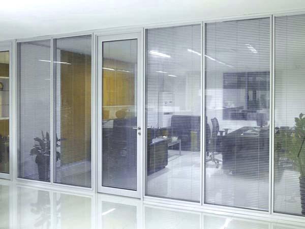 白色办公室玻璃隔断