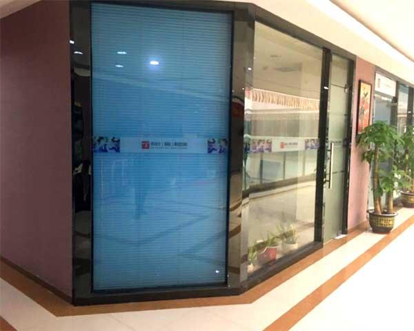 老战士集团采用史贝斯百叶隔断、不锈钢玻璃隔断案例图