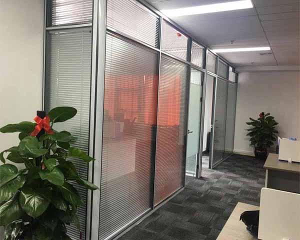 杨和镇云中亿贝采用史贝斯玻璃隔断