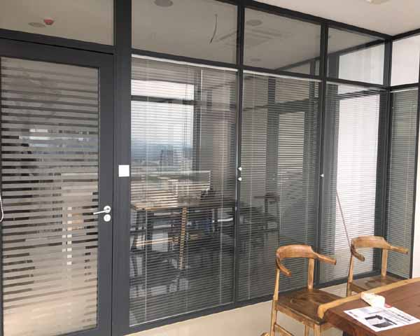 律师事务所玻璃隔断装修