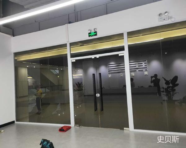 灰色玻璃隔断案例
